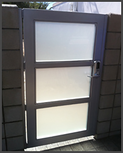 3 Panel avante ped gate alum frame frosted glass